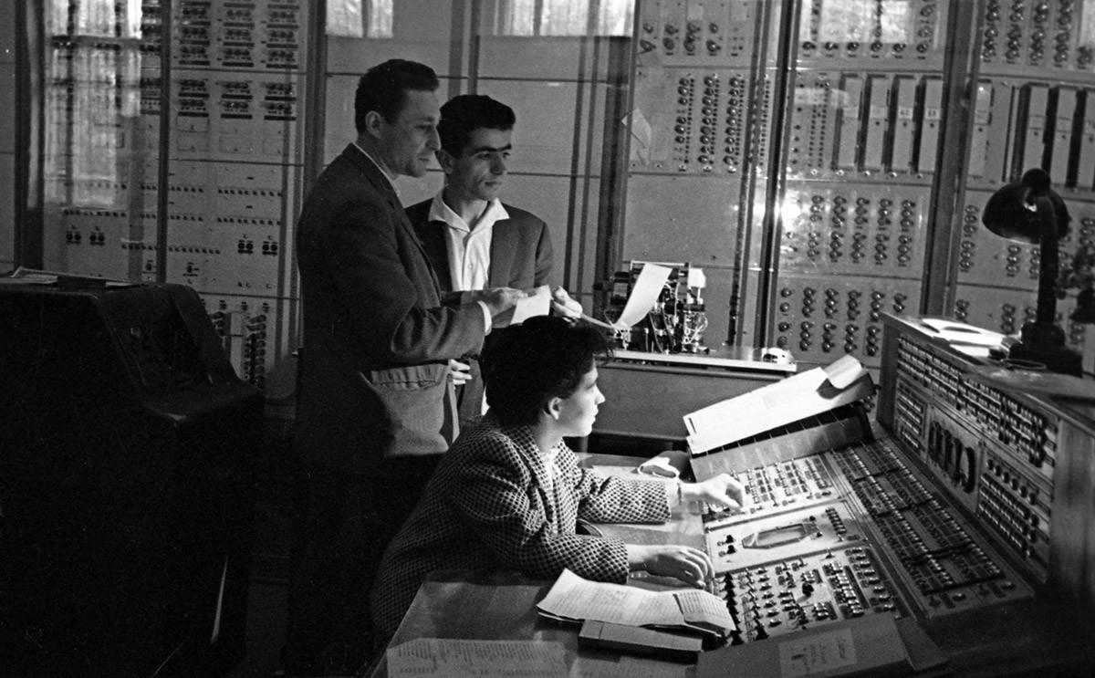 Suasana di pusat komputasi Departemen Matematika Komputasi di Fakultas Mekanika dan Matematika, Universitas Negeri Moskow (MGU) M. V. Lomonosov, pusat komputer pertama di Uni Soviet.