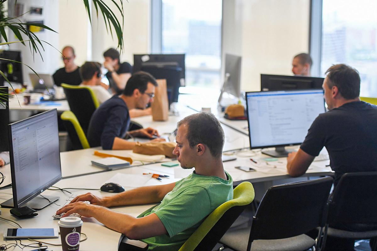 Para pekerja Mail.ru tengah beraktivitas di kantor mereka.