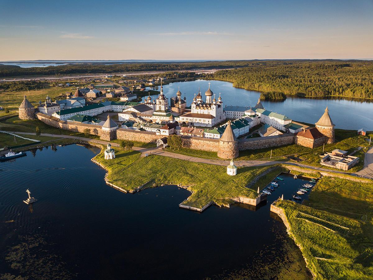 Panorama-Landschaftsfoto des Solovetsky-Klosters aus der Vogelperspektive. Russland, Archangelsk Region, Solowetski-Inseln.