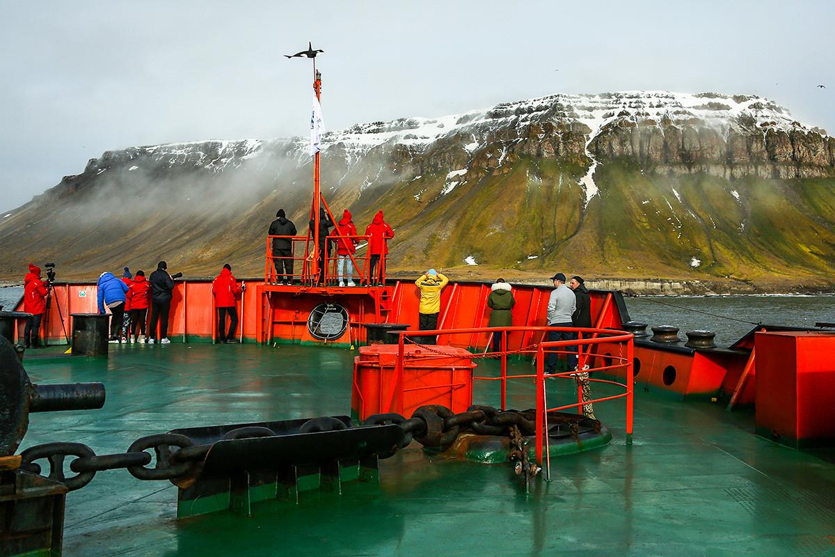 """Teilnehmer der Jubiläumsreise der Kinder zum Nordpol anlässlich des 60. Jahrestages der nuklearen Eisbrecherflotte an Bord des """"50 Jahre Sieg"""" Eisbrechers vor Tschampa Island, Franz-Josef-Land."""