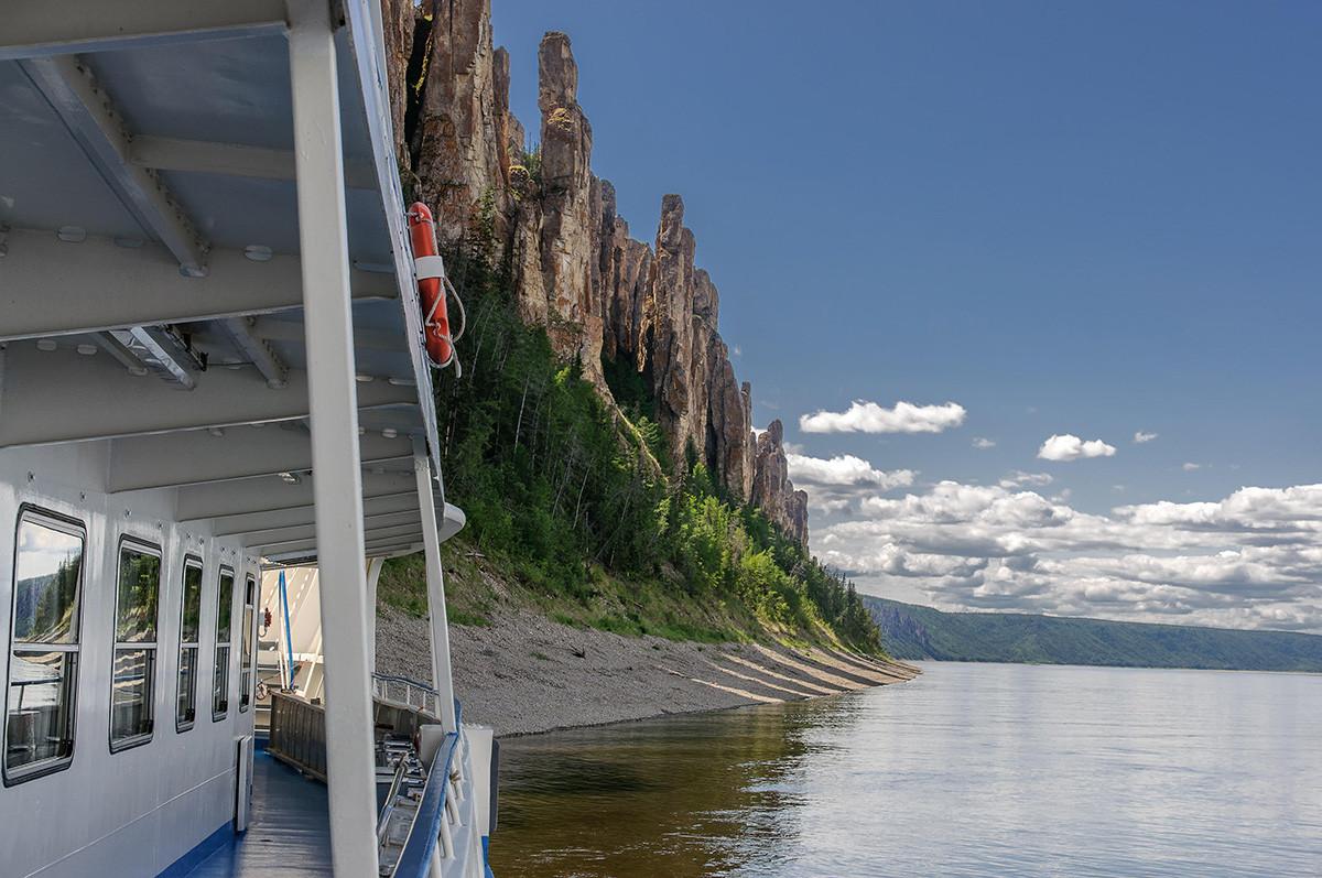 Ankunft eines Touristenbootes zum Lena Pillars Park.
