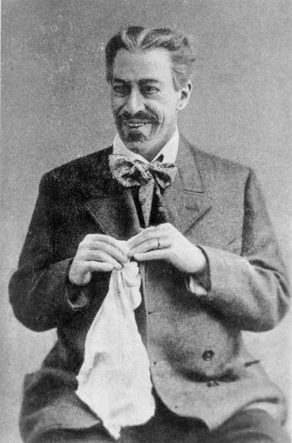 """Konstantin Stanislawski als Gajew in """"Der Kirschgarten""""."""