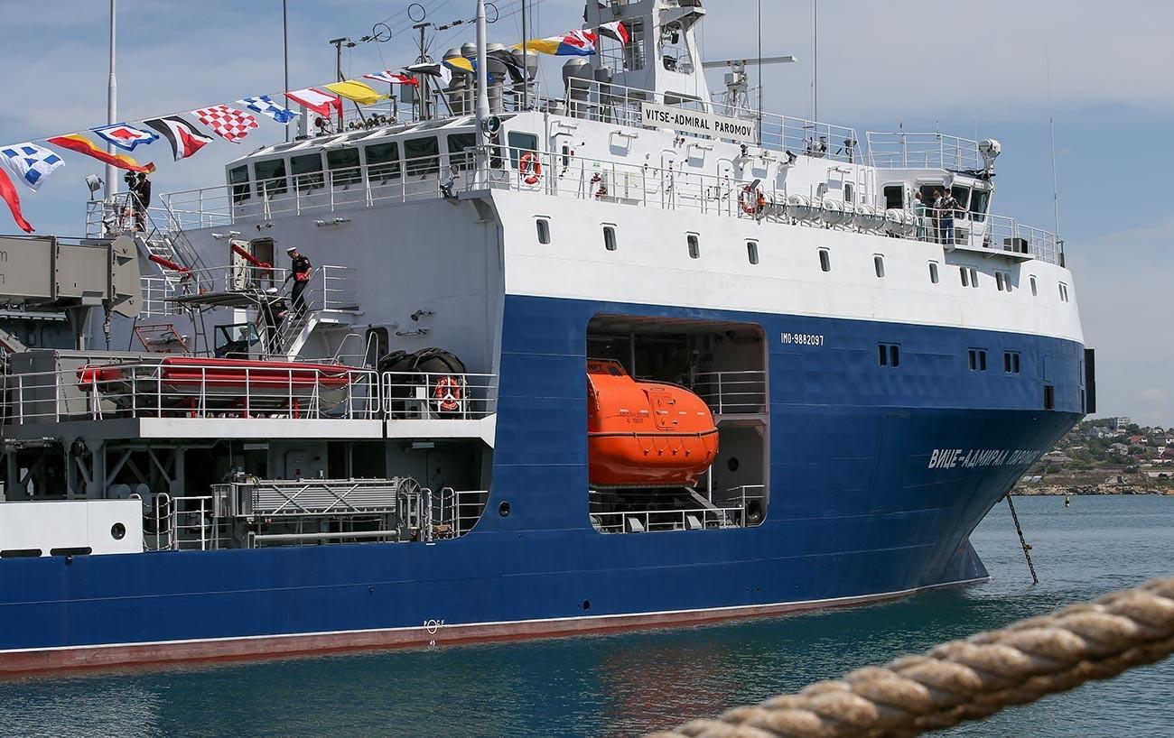 """Церемонија на прием на малиот поморски танкер """"Вицеадмирал Паромов"""" во составот на Црноморската флота на Руската Федерација."""