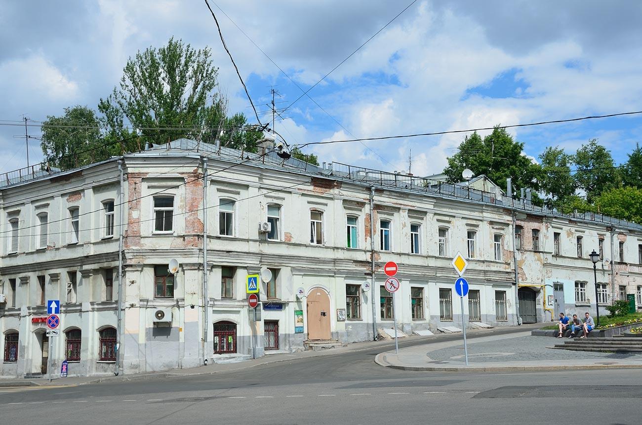 Pemandangan Rumah Yaroshenko dilihat dari Lapangan Hitrovka.