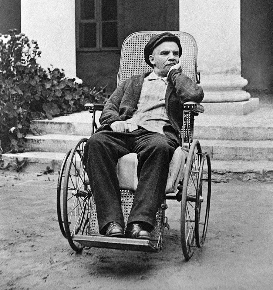 Lenin duduk di kursi roda di Perkebunan Gorki, Moskovskaya Oblast, 1923.