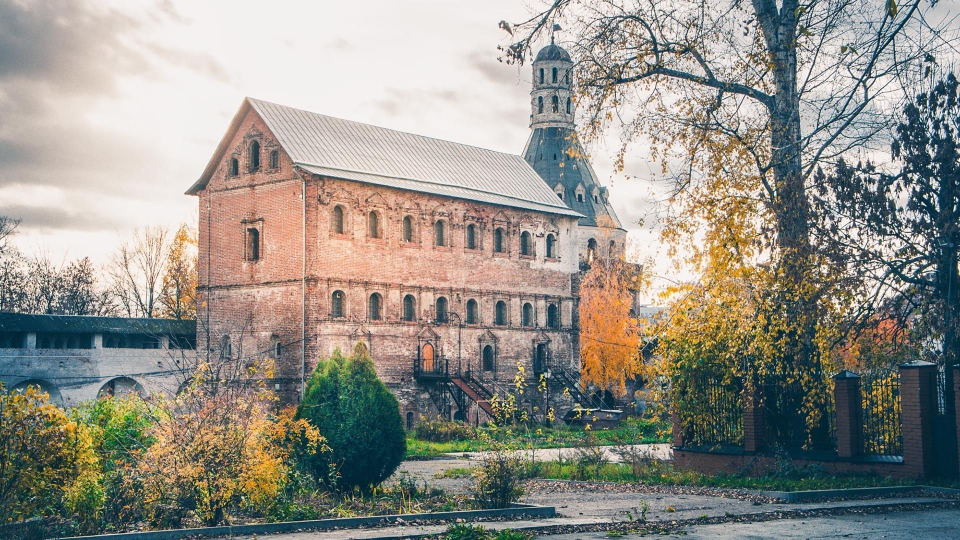 Tovarna slada (levo) in eden od stolpov (desno) samostana Simonov v Moskvi