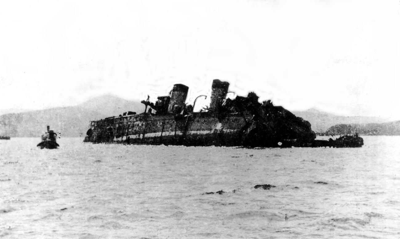 Cruzador russo Izumrud encalhou em uma rocha na baía de Vladimir, a cerca de 160 quilômetros de Vladivostok, após a batalha de Tsushima