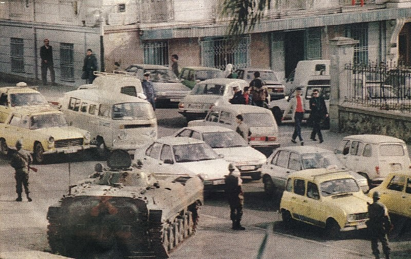 Argel, 12 de enero de 1992. Tanques en las calles de Argel al día siguiente del anuncio de la suspensión de la segunda vuelta de las elecciones legislativas del 26 de diciembre de 1991.