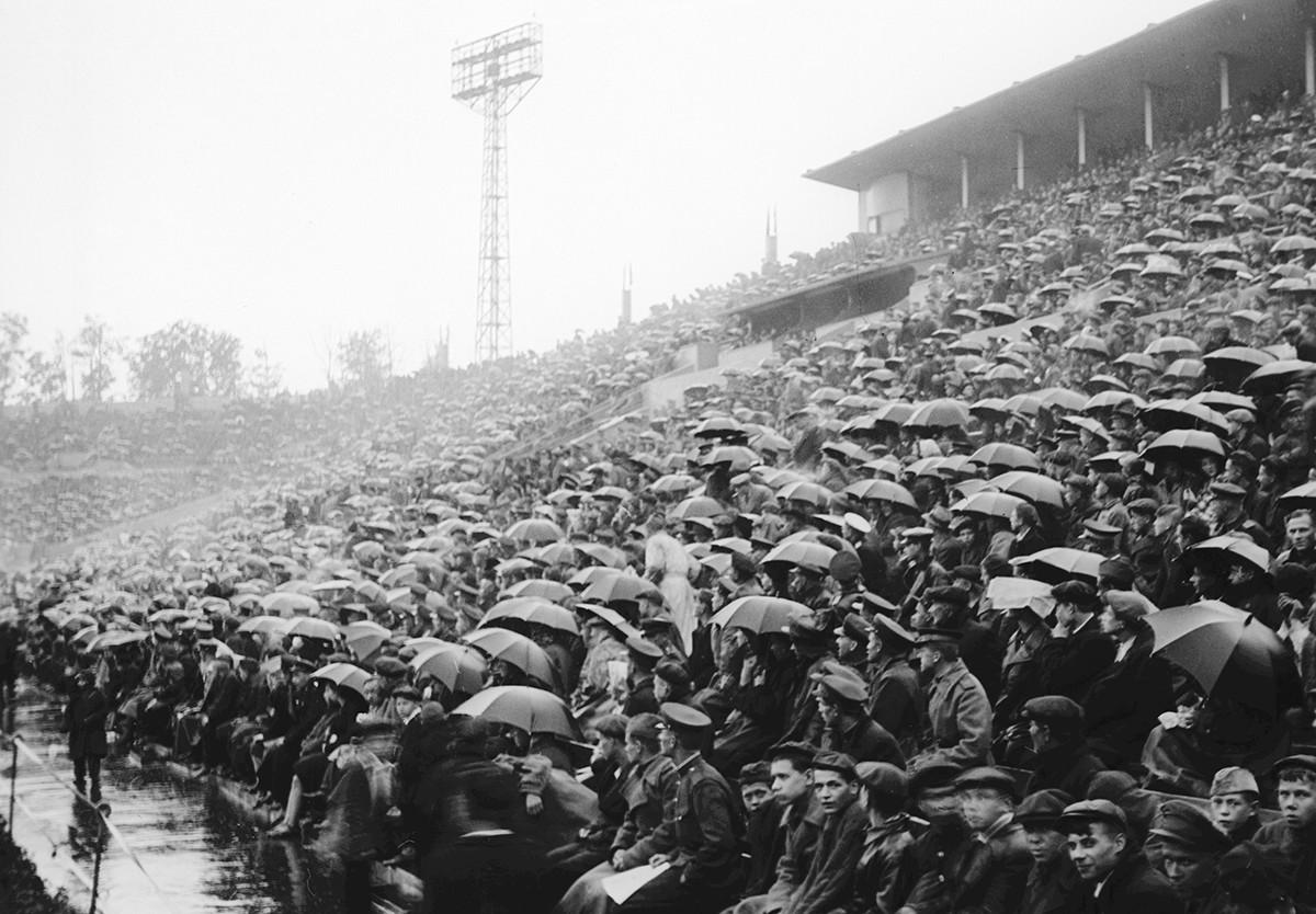 Tribunes du stade Dynamo lors d'un match de football, 1937