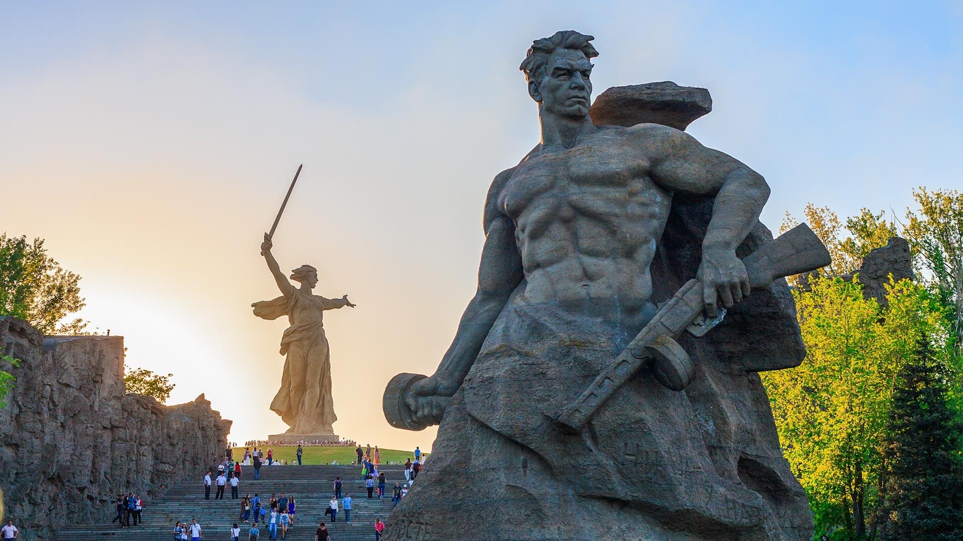 Памятник-ансамбль «Героям Сталинградской битвы» на Мамаевом Кургане в Сталинграде.
