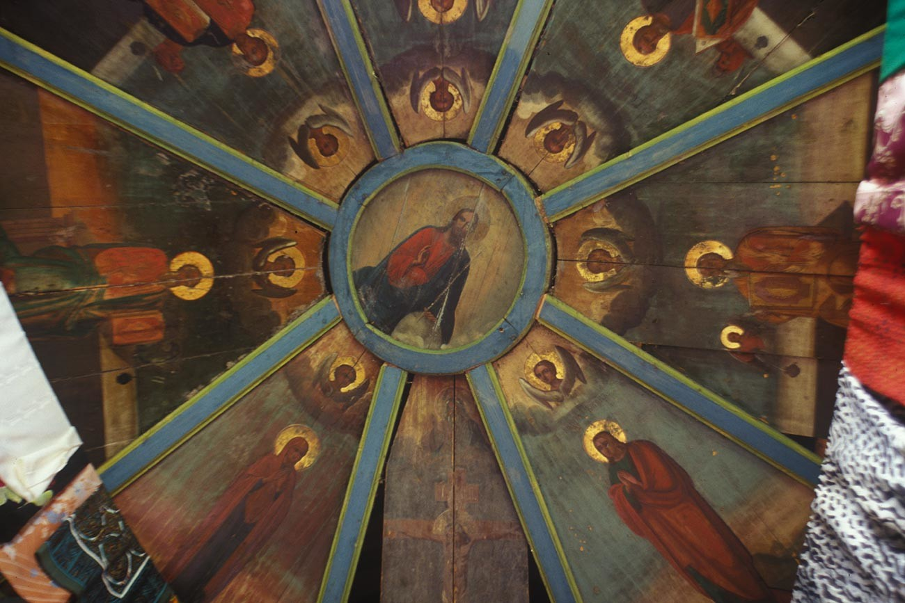 Fominskaya. Chapel of the Miraculous Icon of the Savior. Interior with painted ceiling (nebo). June 16, 1998