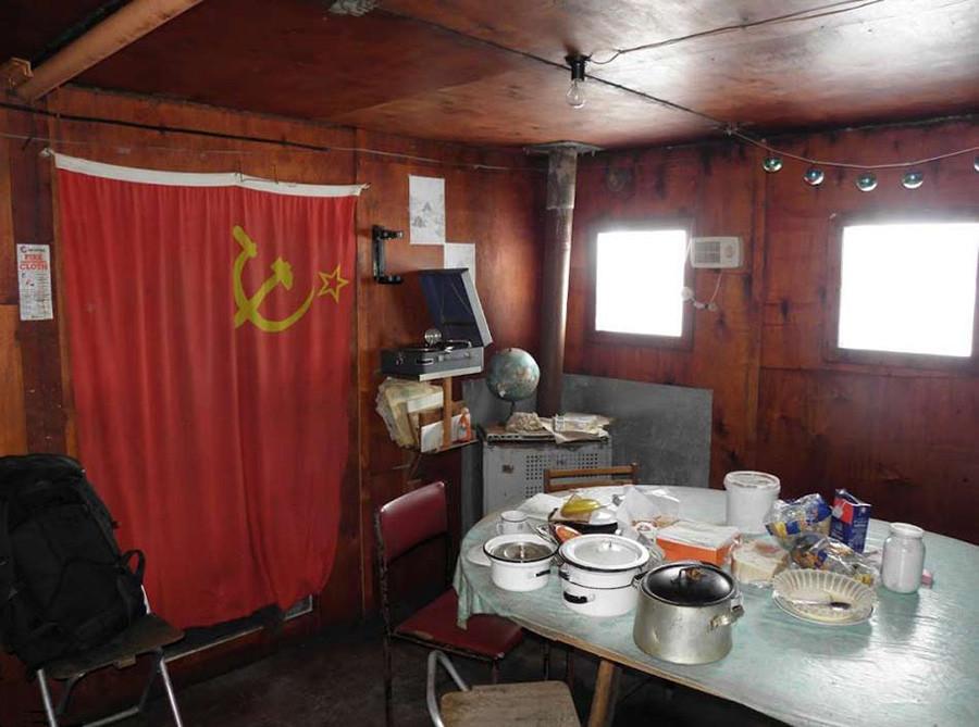 Gli interni della baracca visti dal team della spedizione Queen Maud Land Traverse