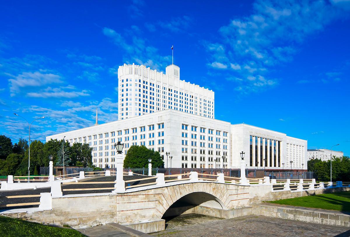 Il ponte Gorbaty vicino alla Casa Bianca di Mosca