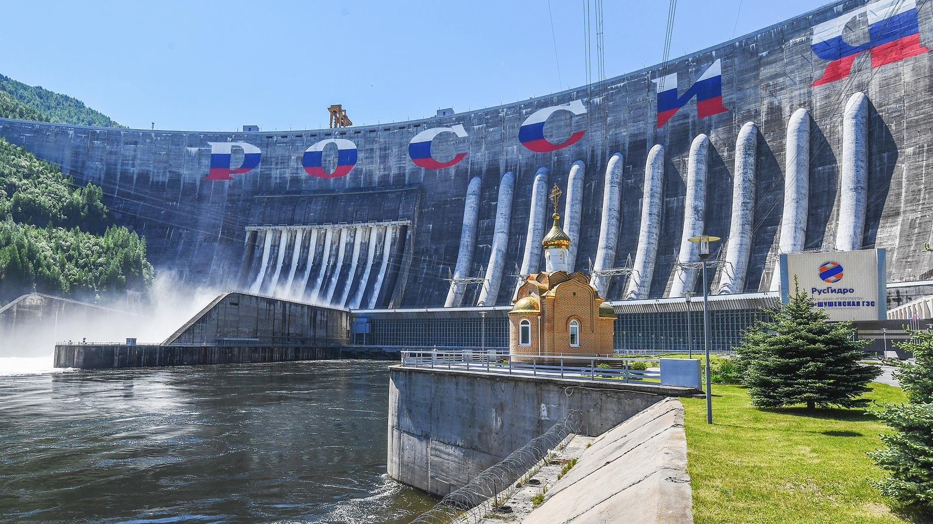 Вид на Саяно-Шушенскую гидроэлектростанцию на реке Енисей в Хакасии.