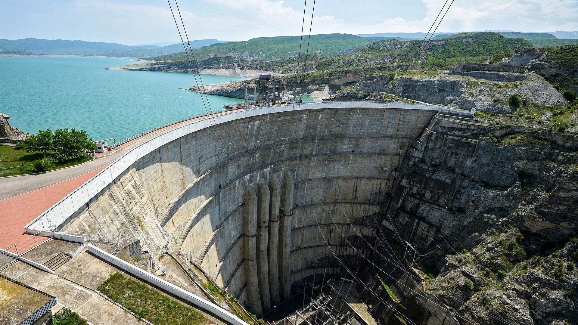Плотина и водохранилище Чиркейской ГЭС в Буйнакском районе Дагестана.