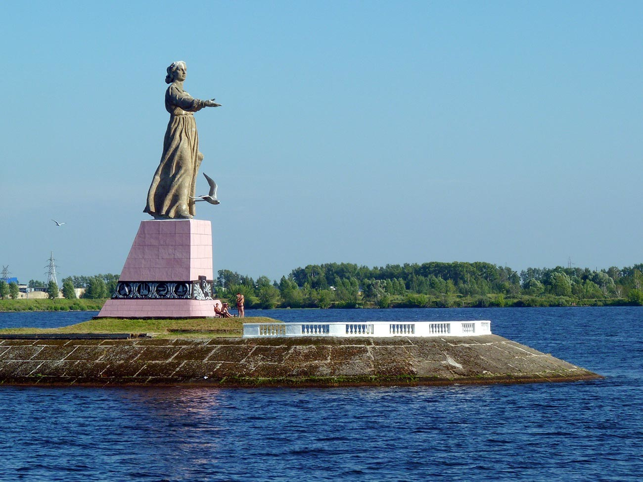 Памятник Волга-Мать в Рыбинске.