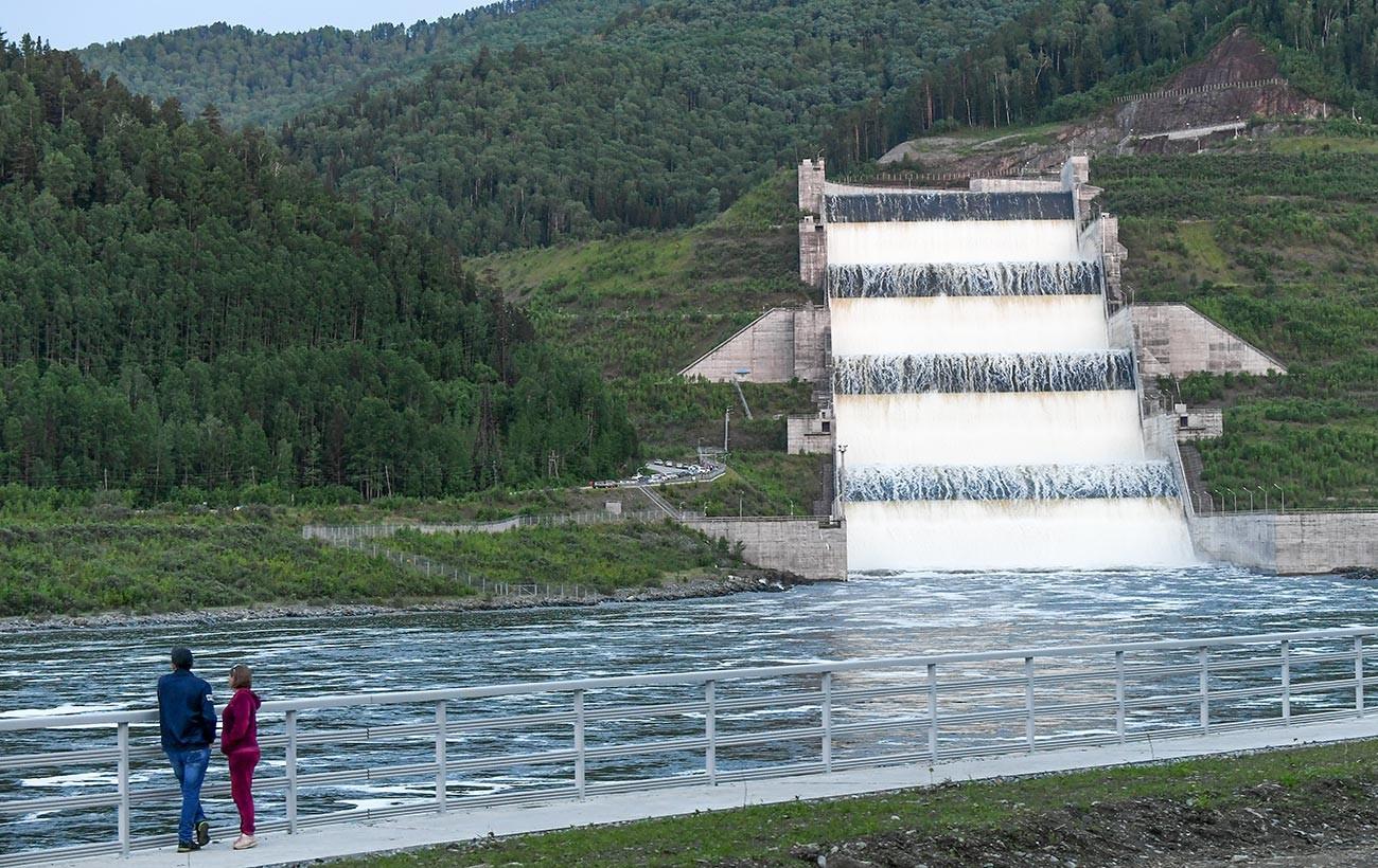 Береговой водосброс на Саяно-Шушенской гидроэлектростанции.