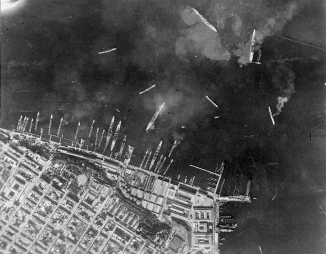 Foto aérea del puerto de Tarento tras el ataque torpedero británico.