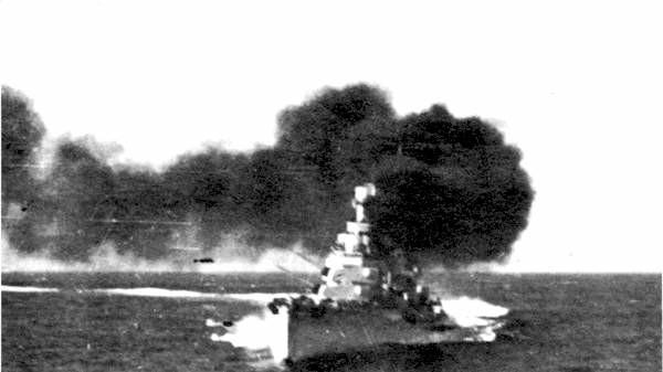 Foto tomada durante la batalla del Cabo Spartivento. En la imagen, el crucero pesado 'Bolzano'.
