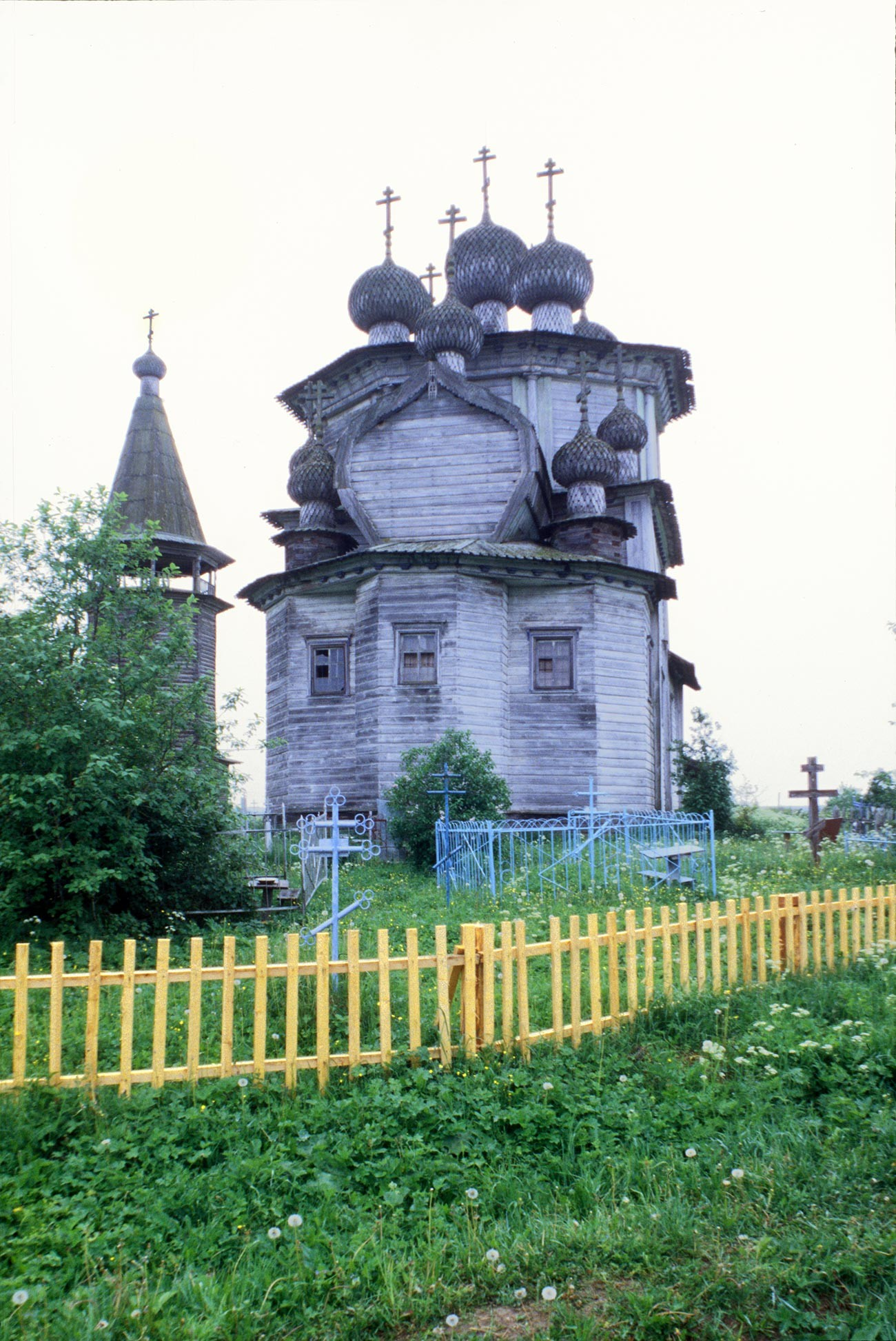 Liadiny. Église de l'Épiphanie. Vue est avec le cimetière. Photographie: William Brumfield. 19 juin 1998