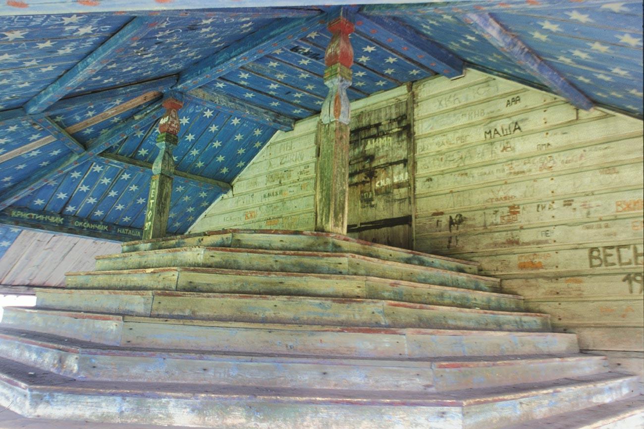 Liadiny. Église de l'Epiphanie. Plafond du porche. Photographie: William Brumfield. 29 juillet 1998