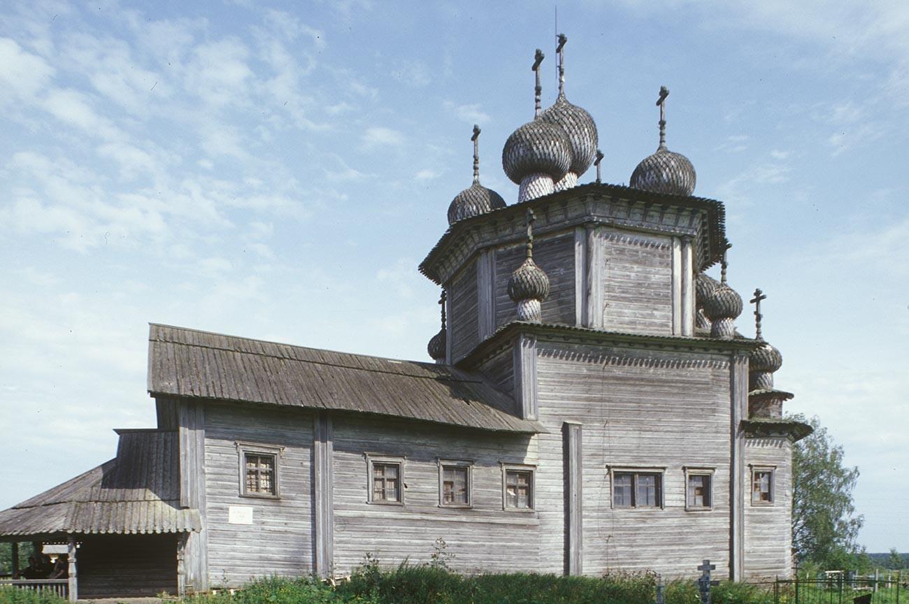 Liadiny. Église de l'Epiphanie. Vue sud. Photographie: William Brumfield. 29 juillet 1998