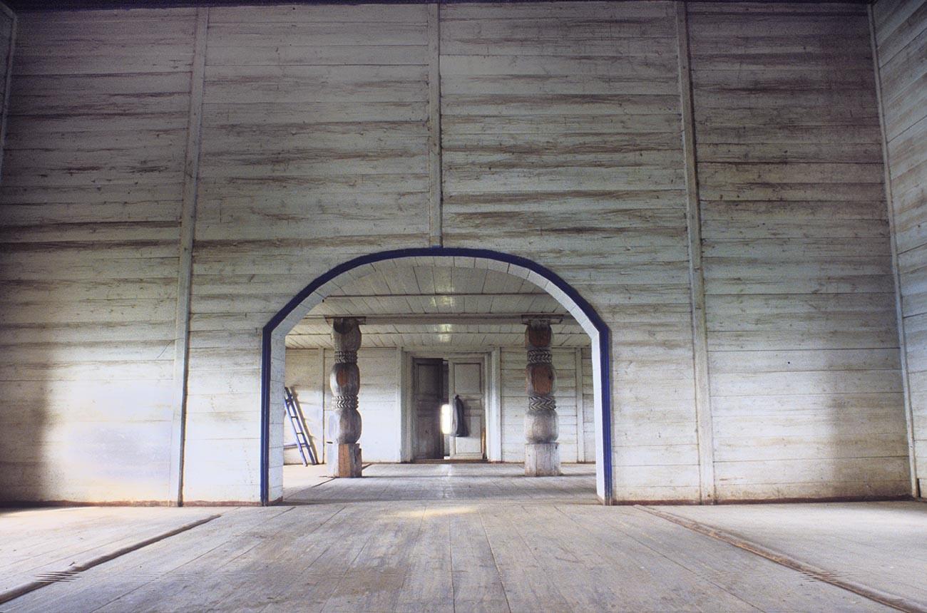 Liadiny. Église de l'Intercession. Vestibule, vue ouest vers l'entrée principale. Photographie: William Brumfield. 29 juillet 1998