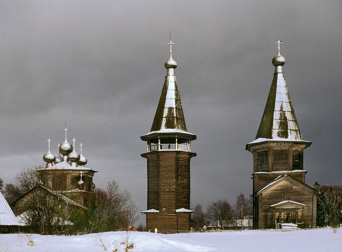 Liadiny. De gauche à droite: église de l'Epiphanie, clocher, église de l'Intercession. Vue de l'ouest. Photographie: William Brumfield. 28 février 1998