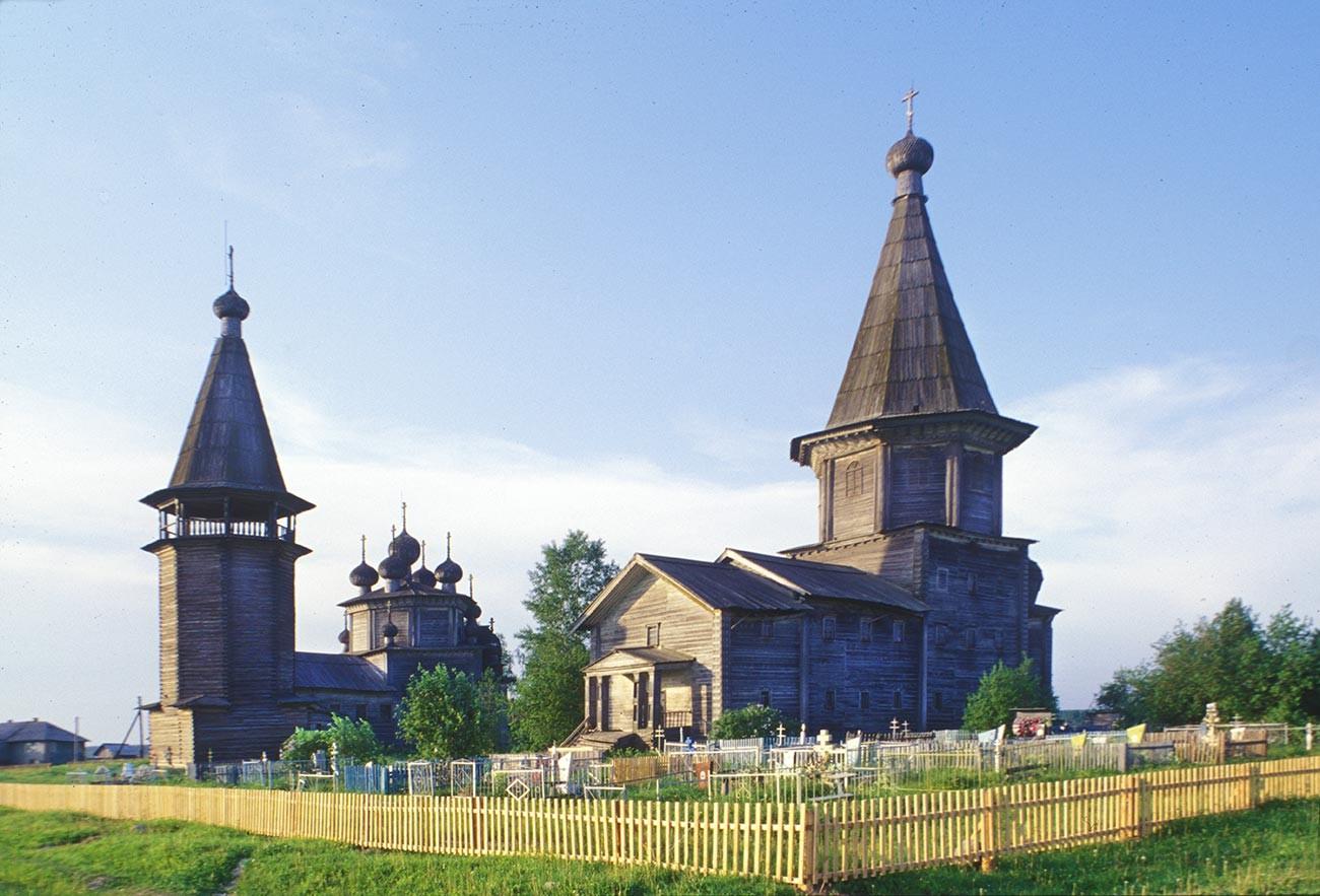 Liadiny. De gauche à droite: clocher, église de l'Épiphanie, église de l'Intercession avec cimetière. Vue sud-ouest. Photographie: William Brumfield. 16 juin 1998
