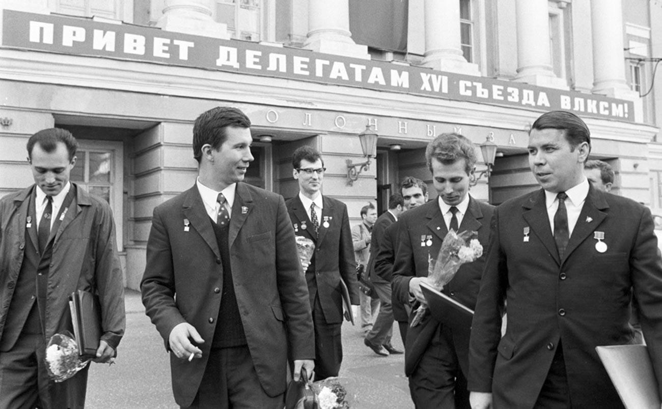 Para insinyur dan pengurus Komsomol mengunjungi Kongres ke-16 VLKSM, 1970,