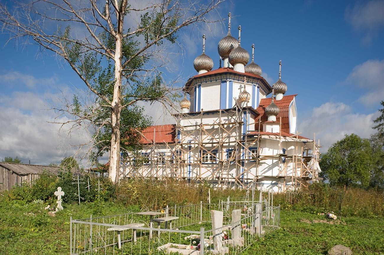 Ljadini. Bogojavljenska cerkev. Pogled na jugovzhod s pokopališčem. V ospredju: breza, požgana v požaru leta 2013. 14. avgust 2014