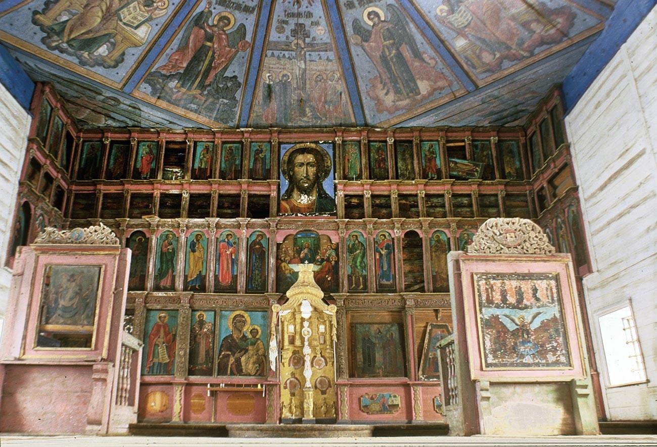 Ljadini. Pokrovska cerkev. Pogled na vzhod proti ikonostasu. 28. februarja 1998