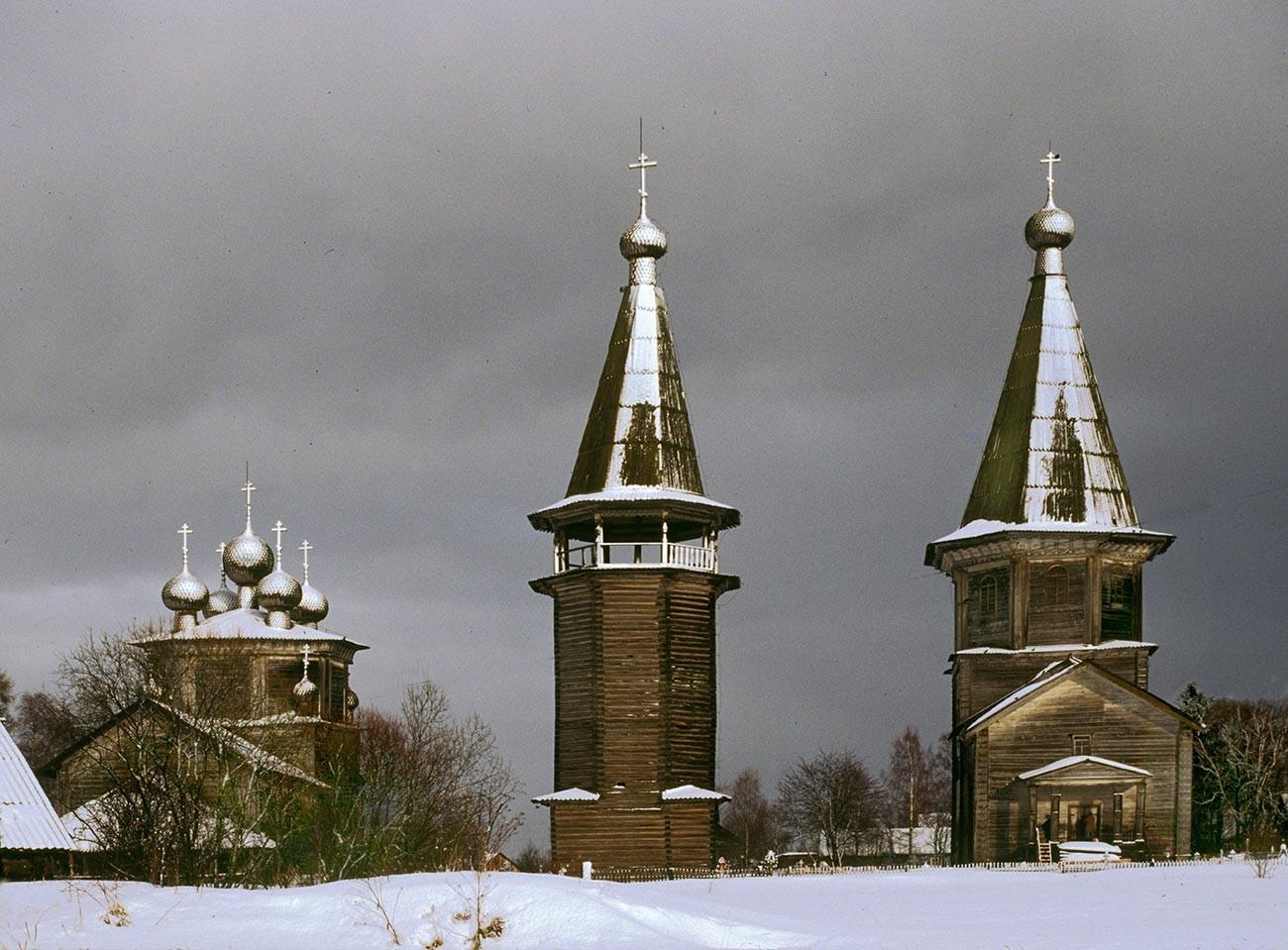 Ljadini. Od leve: Bogojavljenska cerkev, zvonik, Pokrovska cerkev. Pogled proti zahodu. (Zvonik in Pokrovska cerkev sta bila uničena v požaru, 5. maja 2013) 28. februar 1998