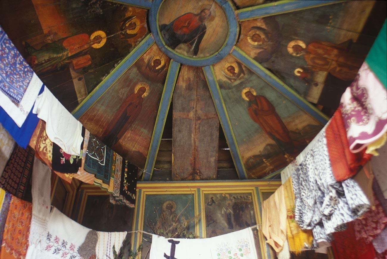 Fominskaja (zraven vasi Ljadini). Kapela čudežne ikone Odrešenika. Notranjost s poslikanim stropom (nebo). 16. junij 1998