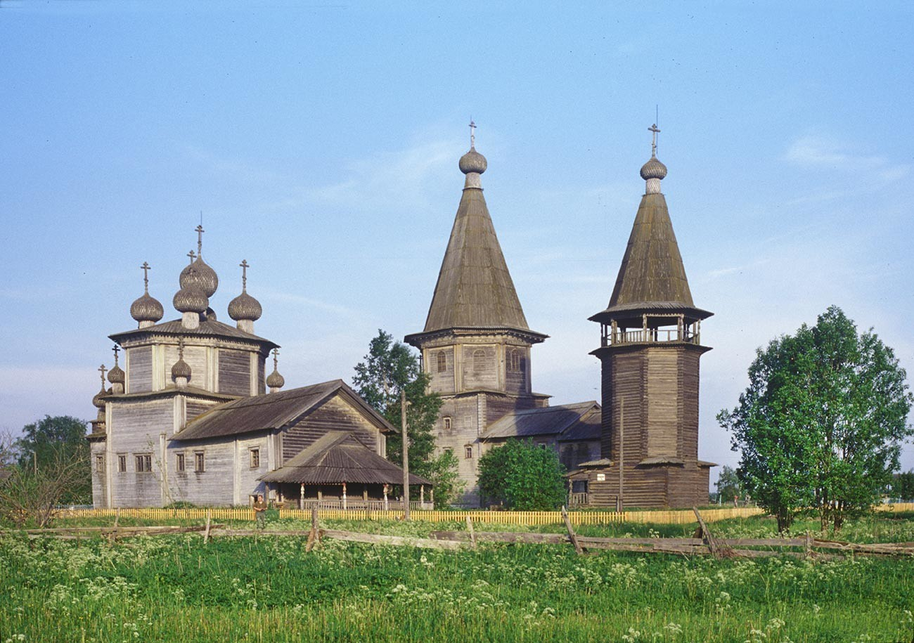 Ljadinski Pogost (Gavrilovskaja). Z leve: cerkev Bogojavljenja, Pokrovska cerkev, zvonik. Pogled na severozahod. 16. junij 1998