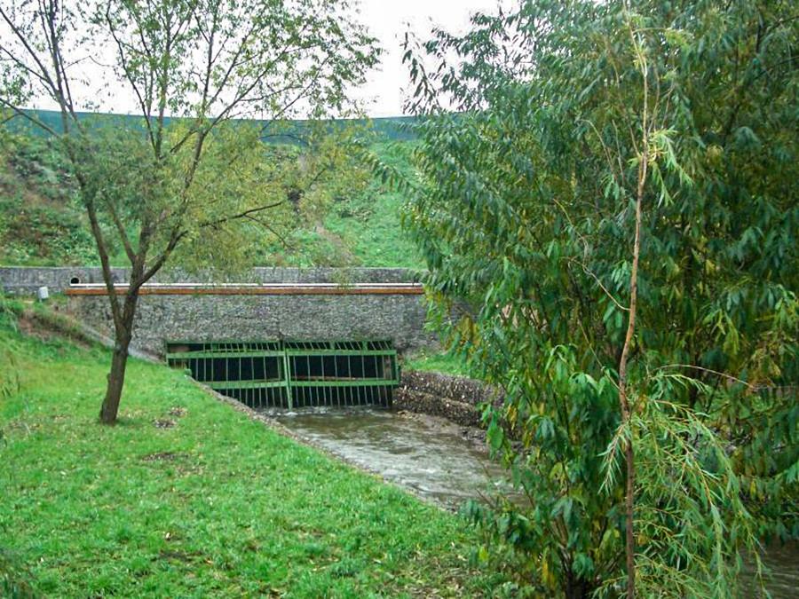 トンネルに入るリホボルカ川