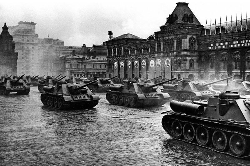Cazacarros SU-100 en el desfile de la Victoria en la Plaza Roja, el 24 de junio de 1945.
