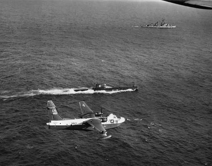 Martin SP-5B Marlin, da Marinha dos Estados Unidos, sobrevoa o submarino soviético Projeto 641 B-36 durante a Crise dos Mísseis cubanos, em outubro de 1962