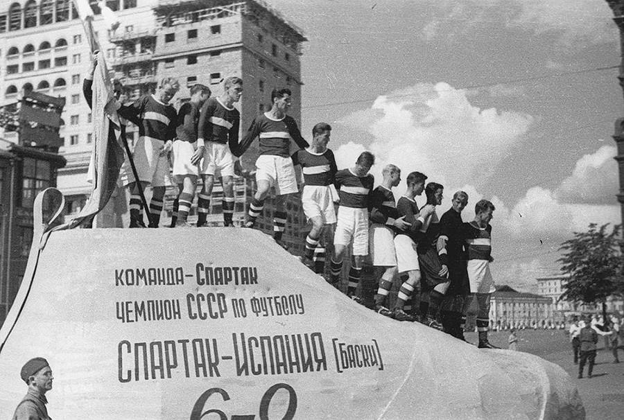 Membros do FC Spartak em desfile de atletas, 1937