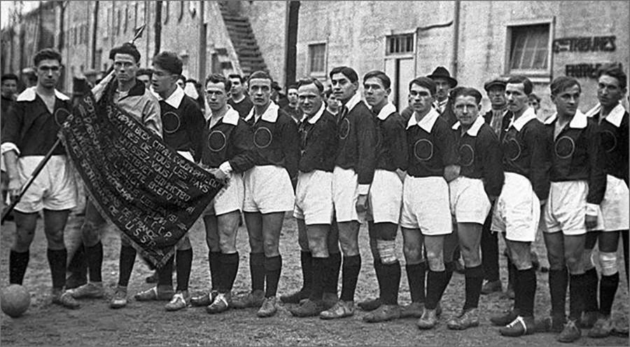 Jogadores de futebol soviéticos em Paris, 1926. Artemiev segura a bandeira soviética