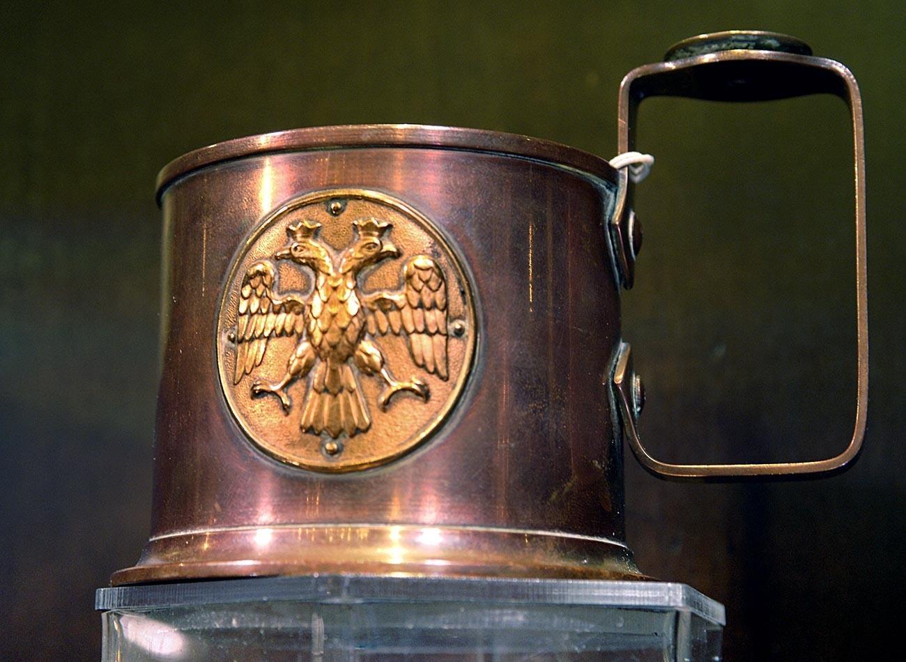Podstakannik, ki ga je zasnoval Carl Faberge v letih 1914-1915