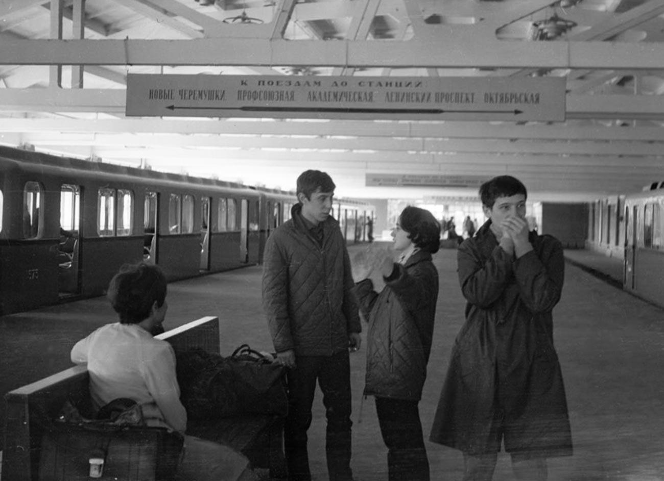 Penumpang berada di peron Stasiun Kaluzhkaya yang lama.
