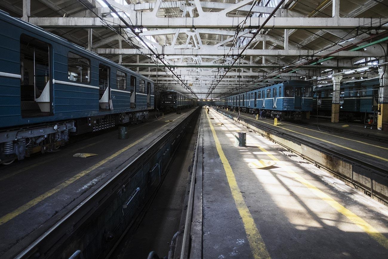 Stasiun Kaluzhkaya yang lama, yang kini berfungsi sebagai depo.