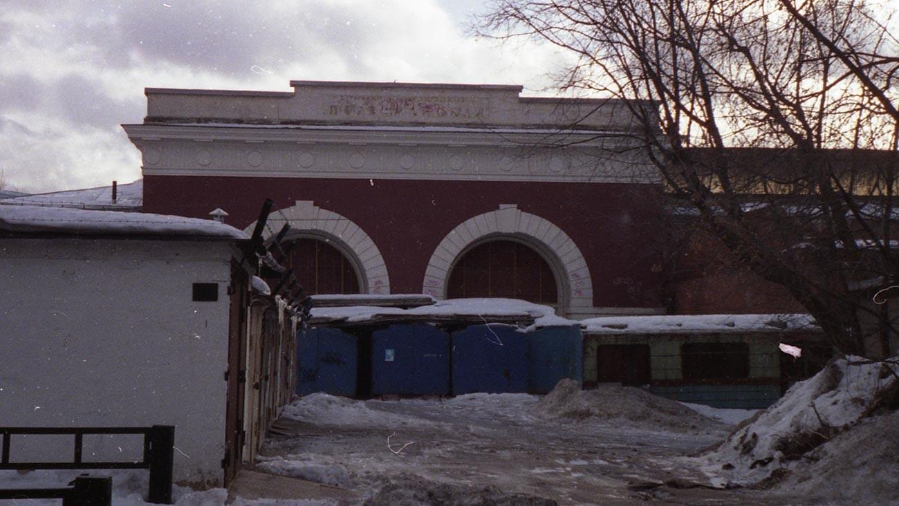 Kondisi pintu masuk ke Stasiun Pervomayskaya yang lama saat ini.
