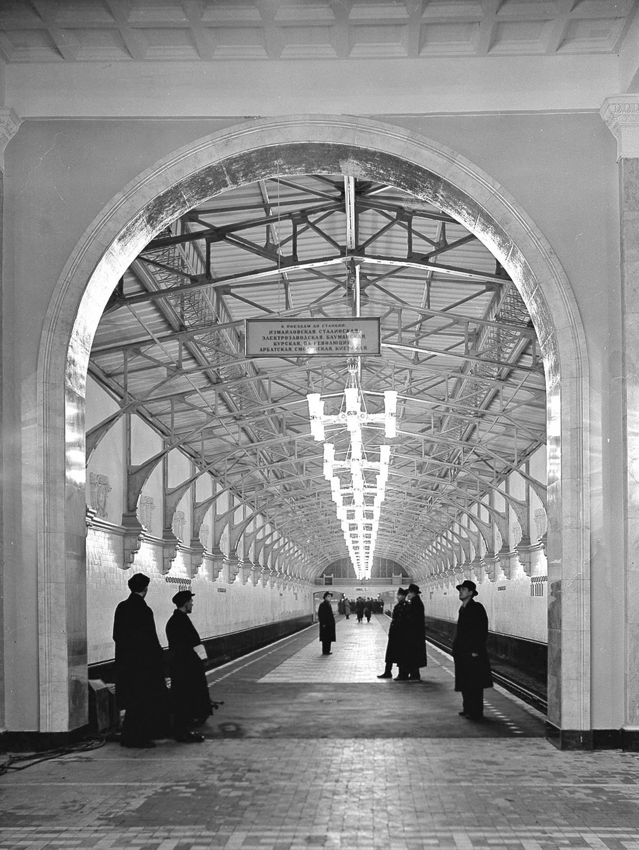 Peron Stasiun Pervomayskaya yang lama, dilihat dari pintu masuk.