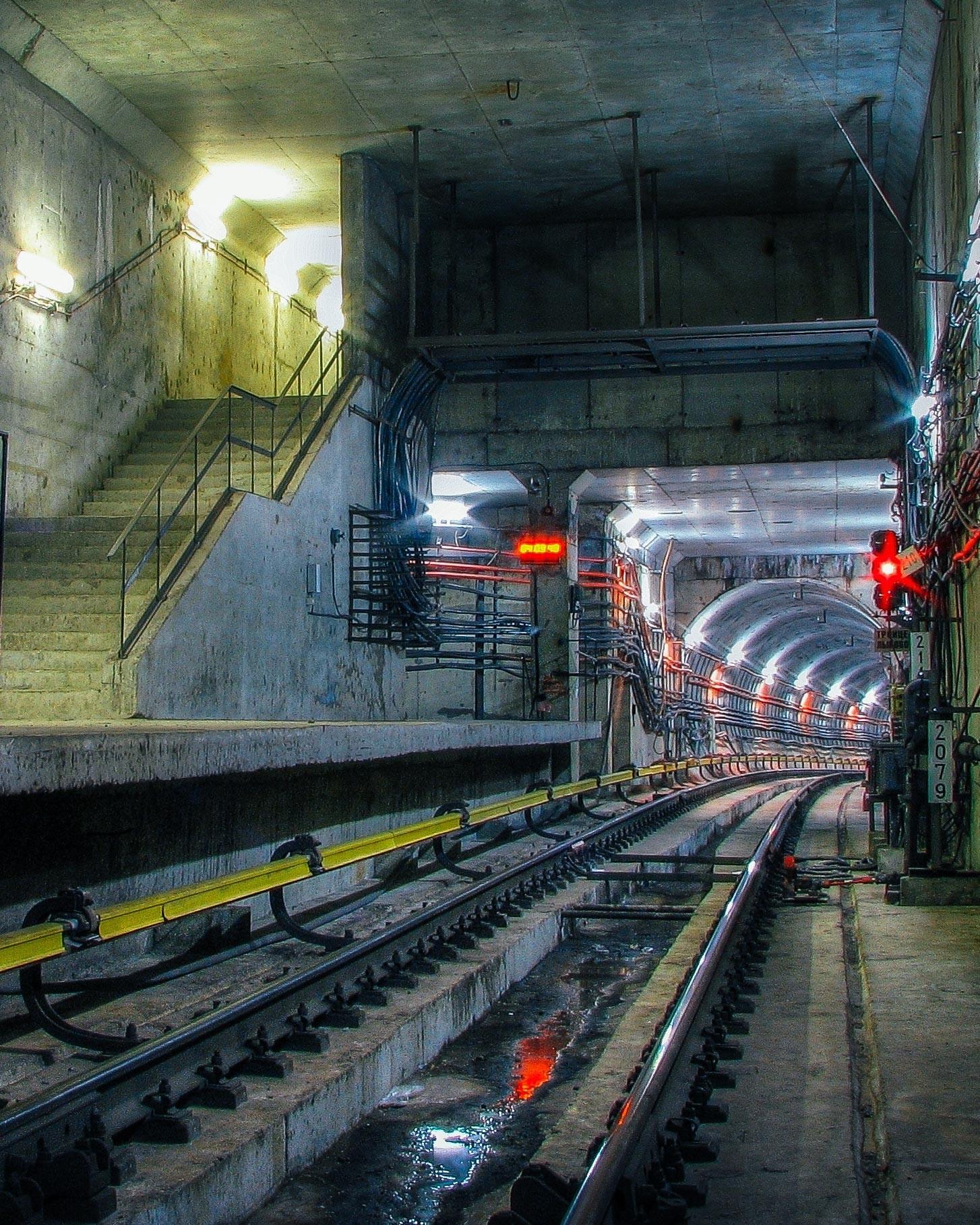 Peron Stasiun Troitse-Lykovo yang berukuran 26 meter dengan tangga ke pintu keluar.