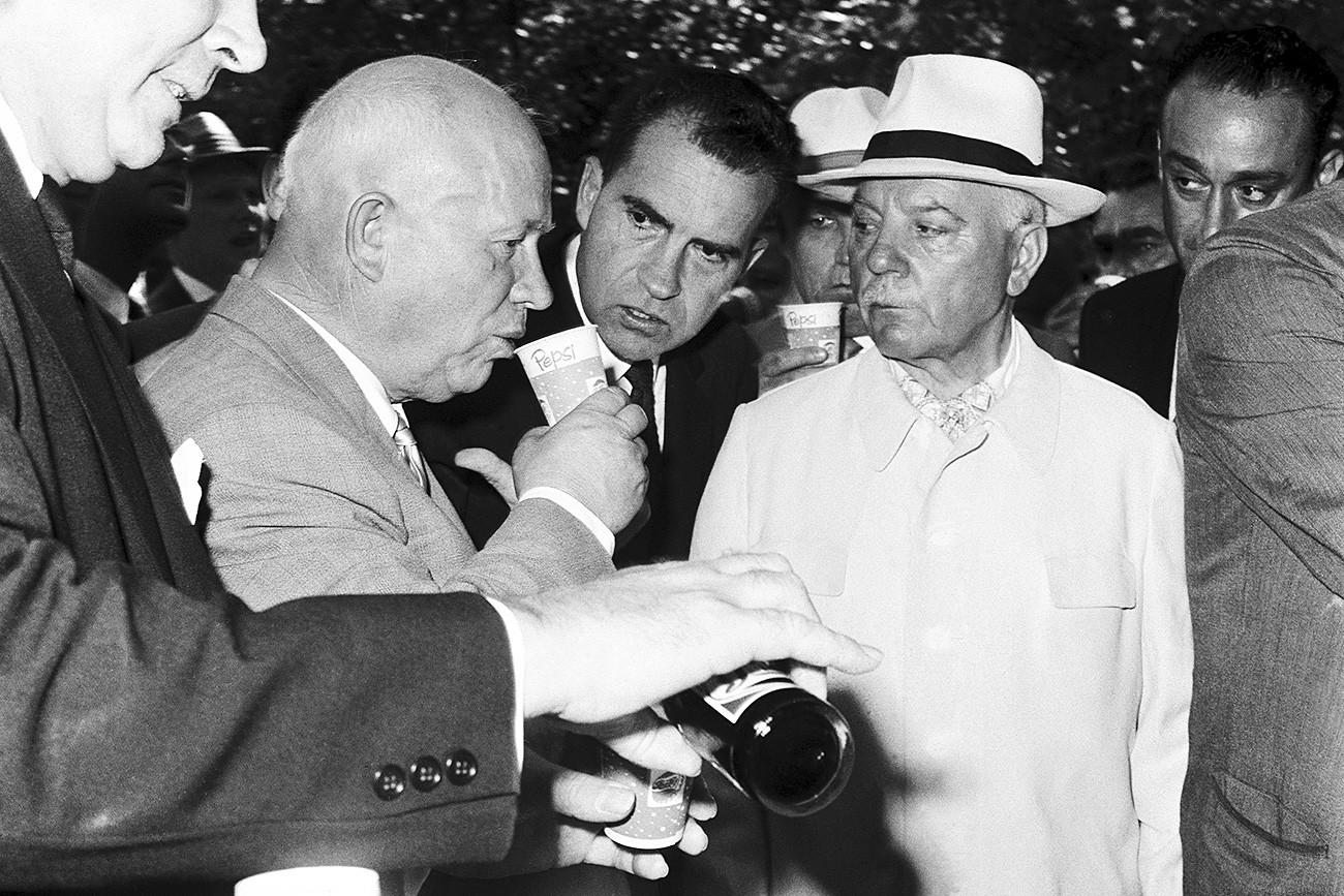 Jruschev, a punto de probar la Pepsi por primera vez.