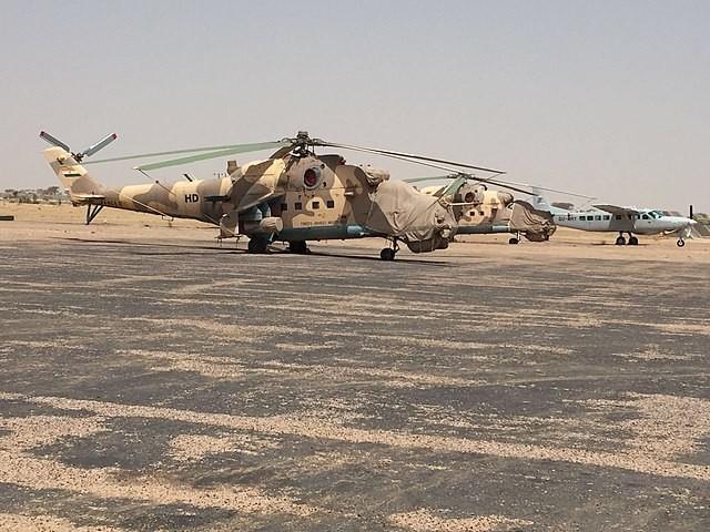 Helicópteros de ataque del ejército de Níger se posicionan en el aeropuerto de Diffa, el 2 de marzo de 2016.