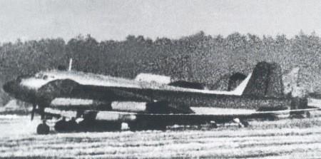 Junkers EF 131 en el campo de pruebas del LII en Podberezie, a principios de 1948, con dos Lisunov Li-2 al fondo