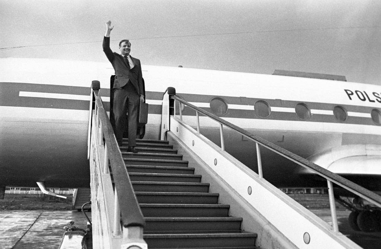 Нил Армстронг на трапе самолета в аэропорту Пулково.